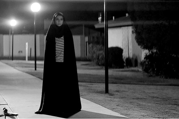 Crítica: Garota Sombria Caminha pela Noite seduz com sua estranheza