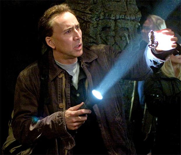 Nicolas Cage devolve cabeça de dinossauro roubada para a ...