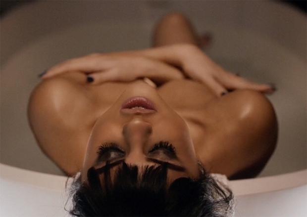 Selena Gomez assume fase sensual em clipe do diretor de Na Cama com Madonna