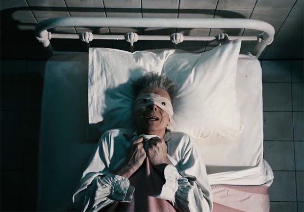 David Bowie comemora 69 anos no hospital, em novo clipe tétrico