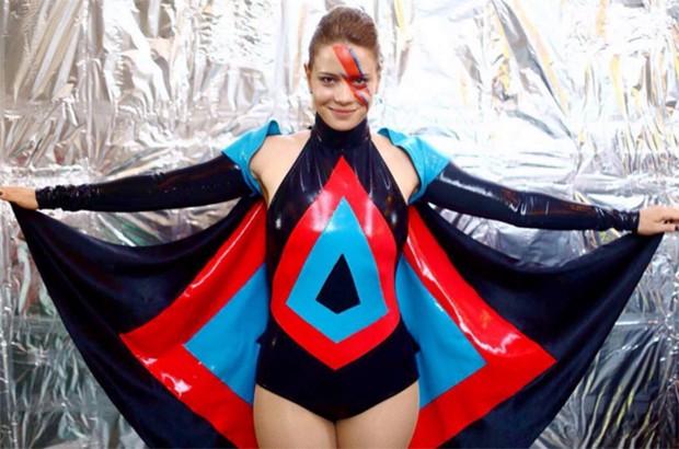 Leandra Leal se fantasia de David Bowie para baile de carnaval ...