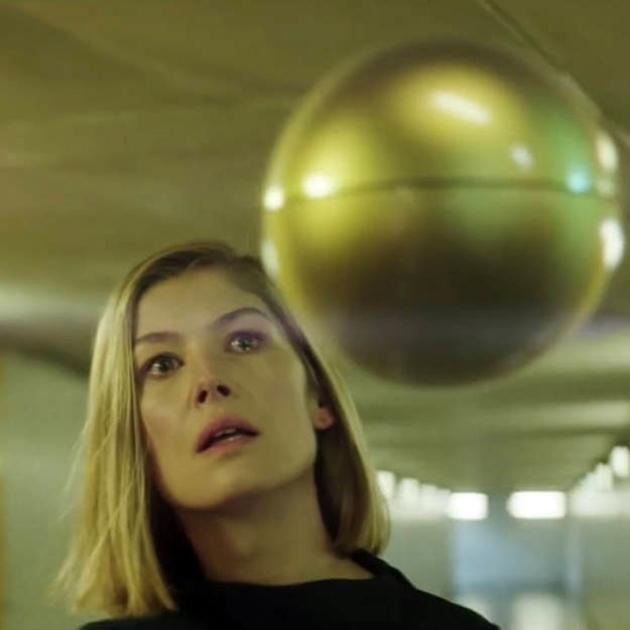 Clipe do Massive Attack com a atriz Rosamund Pike homenageia dois clássicos do terror