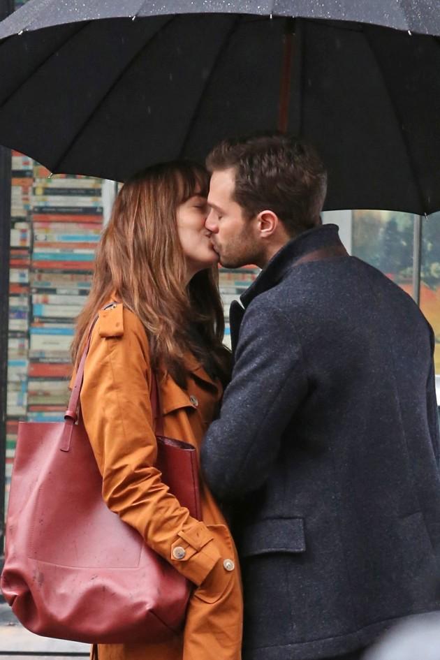 Dakota Johnson e Jamie Dornan vão dos beijos às lágrimas em ...