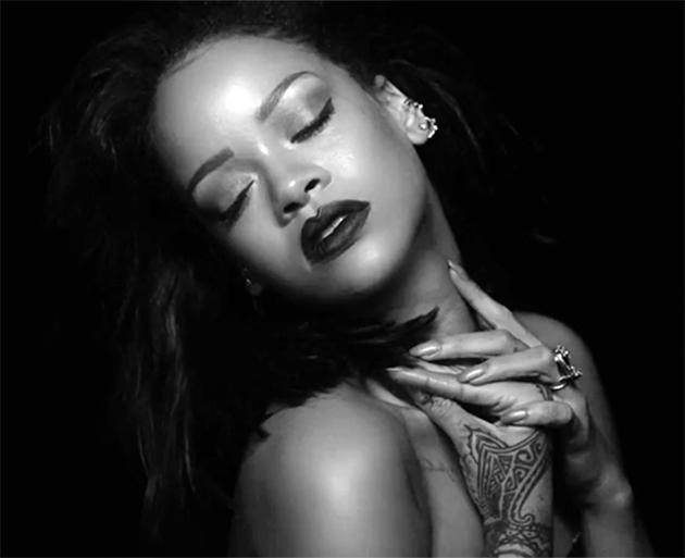 Rihanna fica seminua e provoca com sensualidade no clipe de Kiss ...