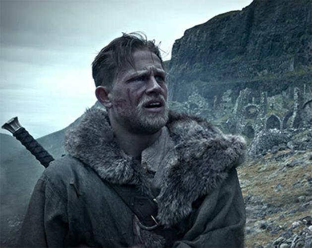 Rei Arthur: Fotos destacam os antagonistas Charlie Hunnam e Jude Law
