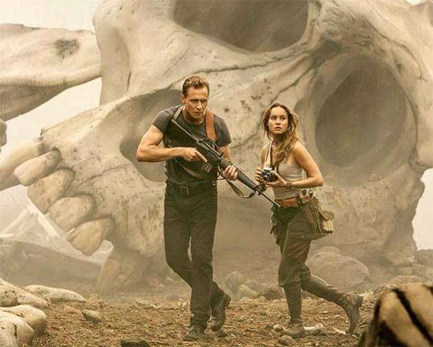 Tom Hiddleston e Brie Larson encontram esqueleto gigante na ...