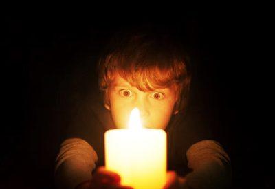 Crítica: Quando as Luzes se Apagam explora clichês de terror sem conseguir assustar
