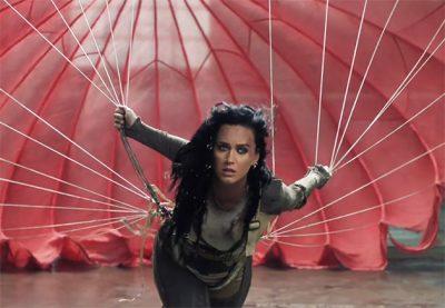 """Katy Perry pula de paraquedas rosa em seu clipe """"olímpico"""""""