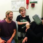Chris Hemsworth e Tom Hiddleston levam o martelo de Thor a hospital infantil na Austrália