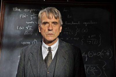 Crítica: O Homem que Viu o Infinito segue fórmula para diminuir a ciência diante do divino