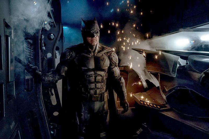 Liga da Justiça: Diretor revela foto do novo uniforme de Batman ...