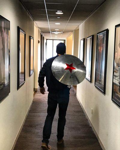 Sebastian Stan posta foto de possível escudo do Soldado Invernal