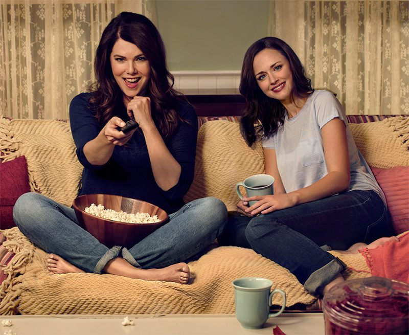 http://pipocamoderna.com.br/wp-content/uploads/2016/11/gilmore-girls-movie-night-promo-cropped-800x655.jpg