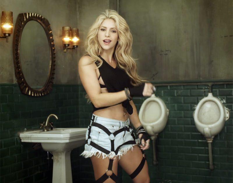 Shakira enlouquece voyeuristas em clipe com cenas sensuais em banheiro masculino