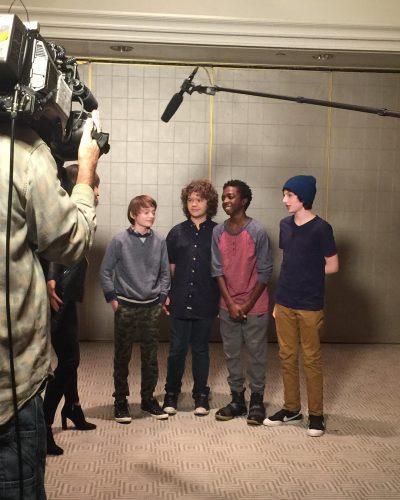 Meninos de Stranger Things divulgam vídeo comemorando indicação da série ao Globo de Ouro