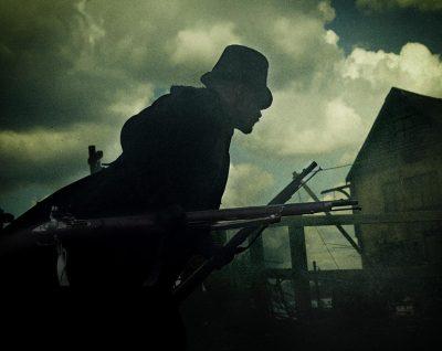 Taboo: Série criada e estrelada por Tom Hardy ganha três cartazes sombrios