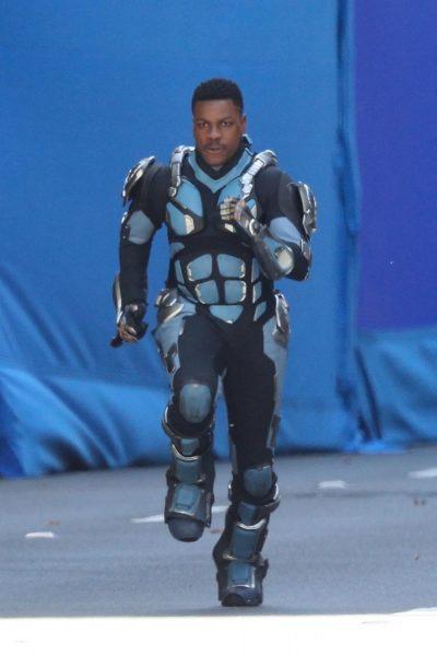 John Boyega é fotografado correndo de armadura no set de Círculo de Fogo 2