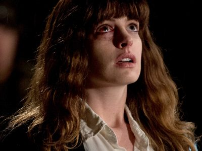 Anne Hathaway controla monstro gigante no primeiro trailer de Colossal
