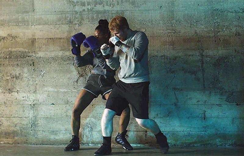 Ed Sheeran luta boxe e se apaixona em clipe emocionante, divertido e cinematográfico