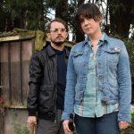 Melanie Lynskey e Elijah Wood viram justiceiros em trailer de comédia indie da Netflix
