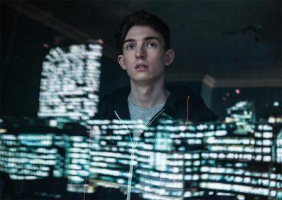 Trailer de iBoy traz adolescente com poderes de celular (!) e Maisie Williams em perigo