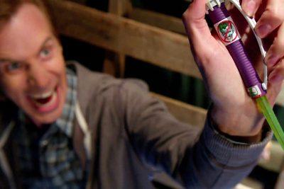 Comercial da série Powerless promete a cura para o gás do riso do Coringa