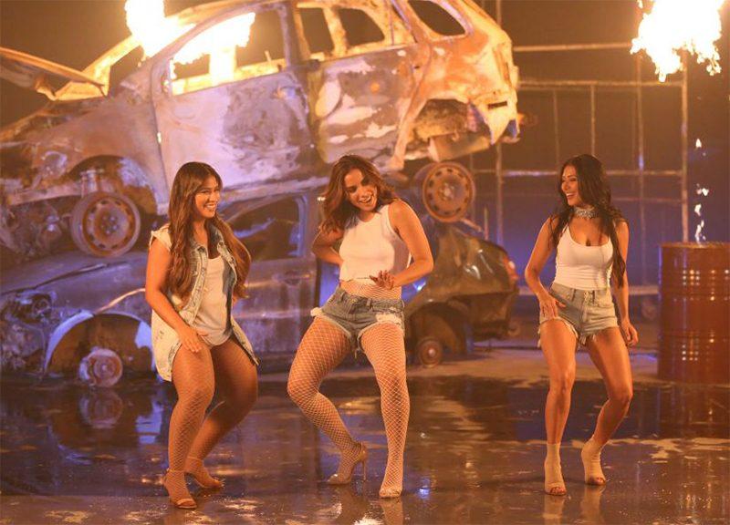 Clipe junta Anitta, Simone & Simaria para dançar de shortinho e camiseta molhada