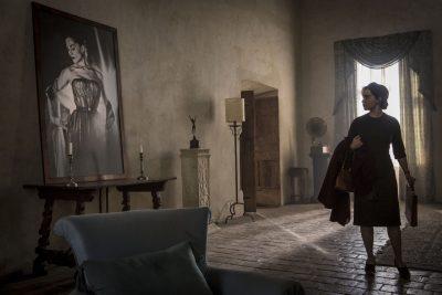 Emilia Clarke vai parar em castelo mal-assombrado em novas e belas fotos de filme de terror