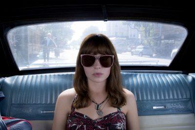 Britt Robertson aparece estilosa em fotos e no primeiro teaser da série Girlboss