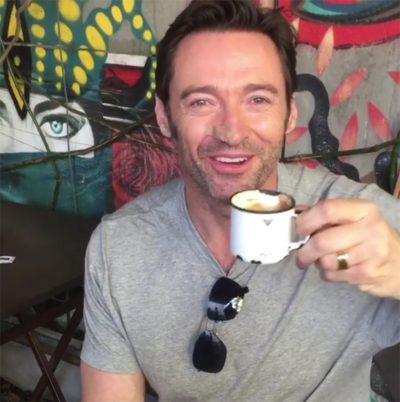 Hugh Jackman chega ao Brasil e posta vídeo em português