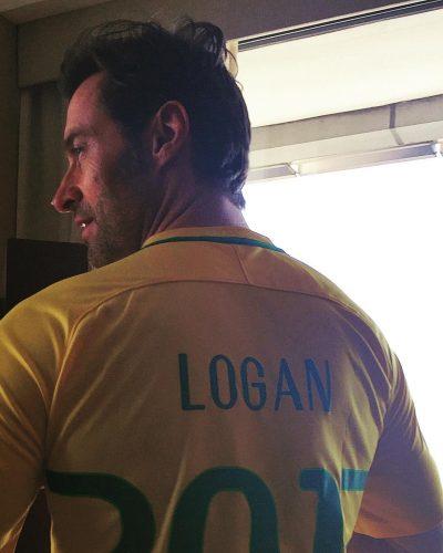 Hugh Jackman brinda com caipirinha, veste camisa da seleção e conhece seu dublador brasileiro