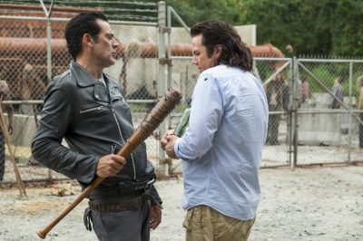 Trailer e fotos de The Walking Dead mostram volta de Negan no próximo episódio