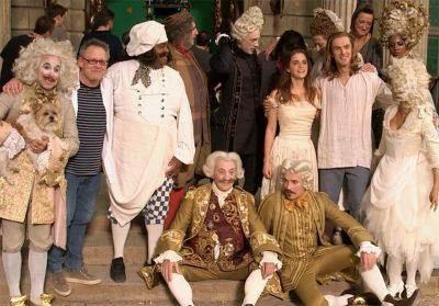 Vídeo legendado destaca o elenco e a grandiosidade dos bastidores de A Bela e a Fera