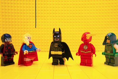 Lego Batman encontra o elenco Lego das séries da DC Comics e Big Bang Theory
