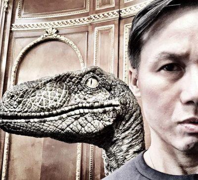 B.D. Wong confirma presença na continuação de Jurassic World com selfie ao lado de velociraptor
