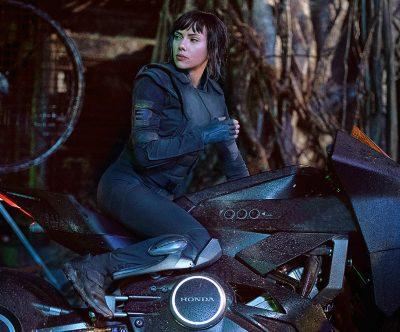 Scarlett Johansson pilota moto futurista em nova foto de A Vigilante do Amanhã – Ghost in the Shell