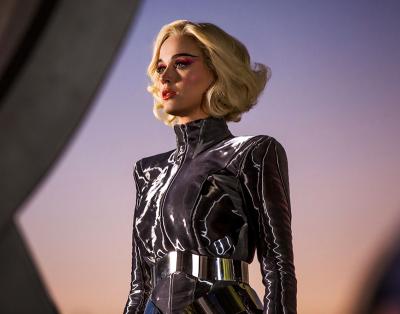 Katy Perry vai parar num parque de diversões retro-futurista em clipe estiloso