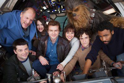 Elenco se reúne na Millennium Falcon para anunciar começo das filmagens do novo spin-off de Star Wars
