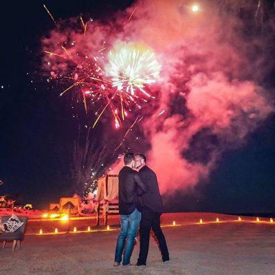 Colton Haynes fica noivo e compartilha fotos do pedido com fogos de artifícios