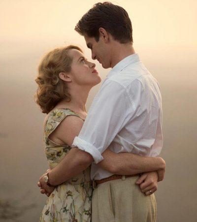 Andrew Garfield  e Claire Foy se abraçam na primeira foto de drama dirigido por Andy Serkis