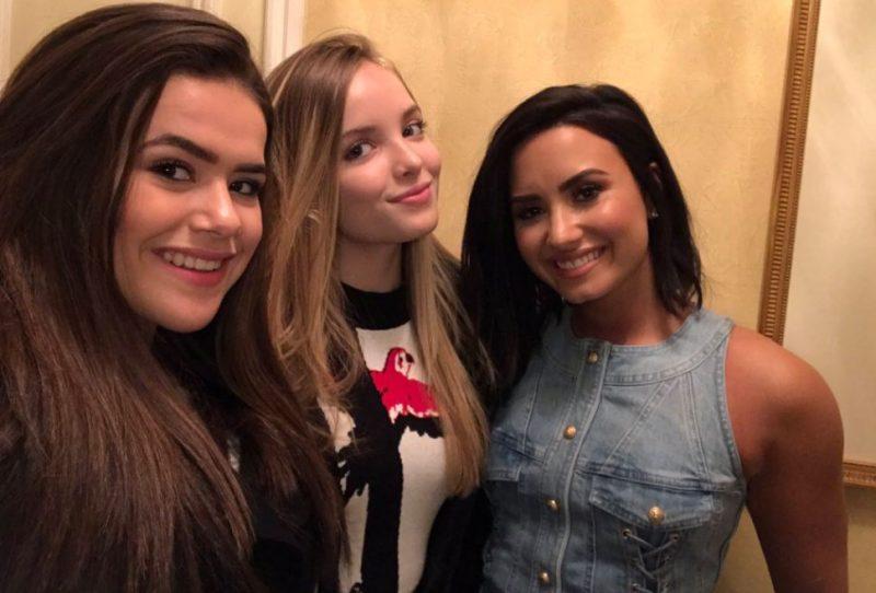 Maisa Silva e Giovanna Chaves encontram Demi Lovato em evento dos Smurfs em Nova York