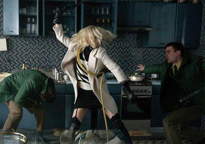 Charlize Theron seduz e espanca nas primeiras fotos e pôster do thriller de ação Atômica