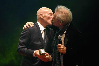Patrick Stewart e Ian McKellen se beijam em premiação
