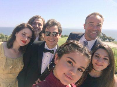 Elenco de Os Feiticeiros de Waverly Place se reencontra no casamento de David Henrie
