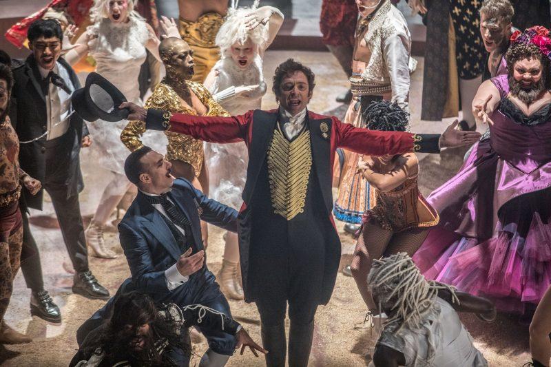 Hugh Jackman, Zac Efron e Zendaya cantam em comercial ao vivo de O Rei do Show