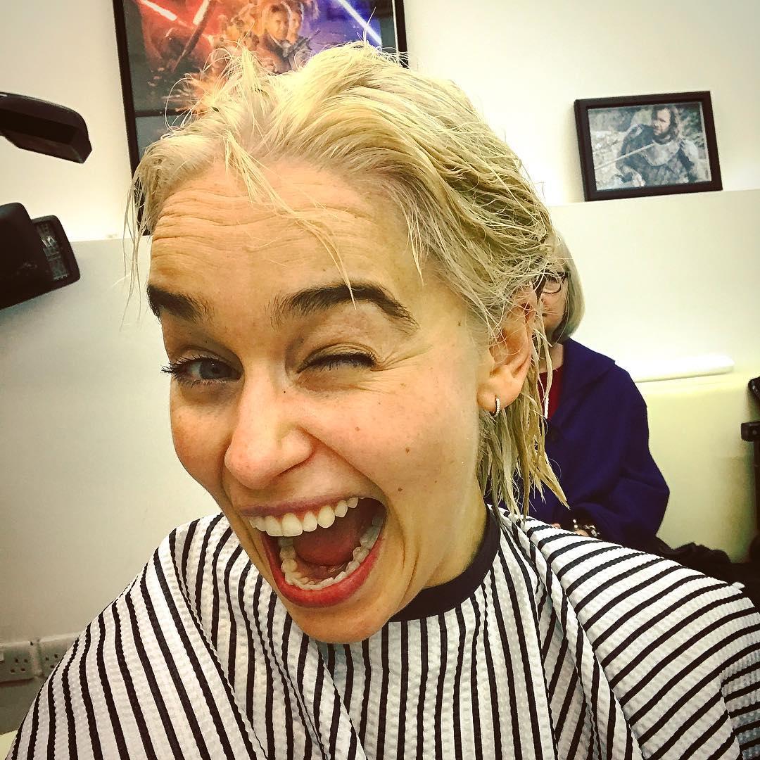 Emilia Clarke vira loira em homenagem a Daenerys no final de Game of Thrones