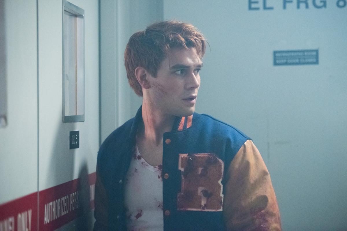 Archie aparece ensanguentado nas fotos da 2ª temporada de Riverdale