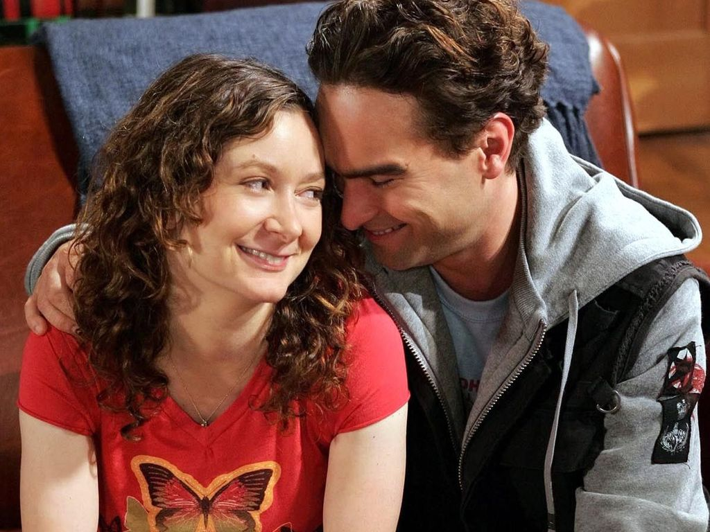 Revival de Roseanne escala filhos do casal vivido por Sara Gilbert e Johnny Galecki