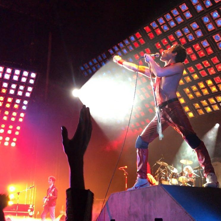 Ator de Mr. Robot vira Freddie Mercury em nova foto de bastidores do filme do Queen