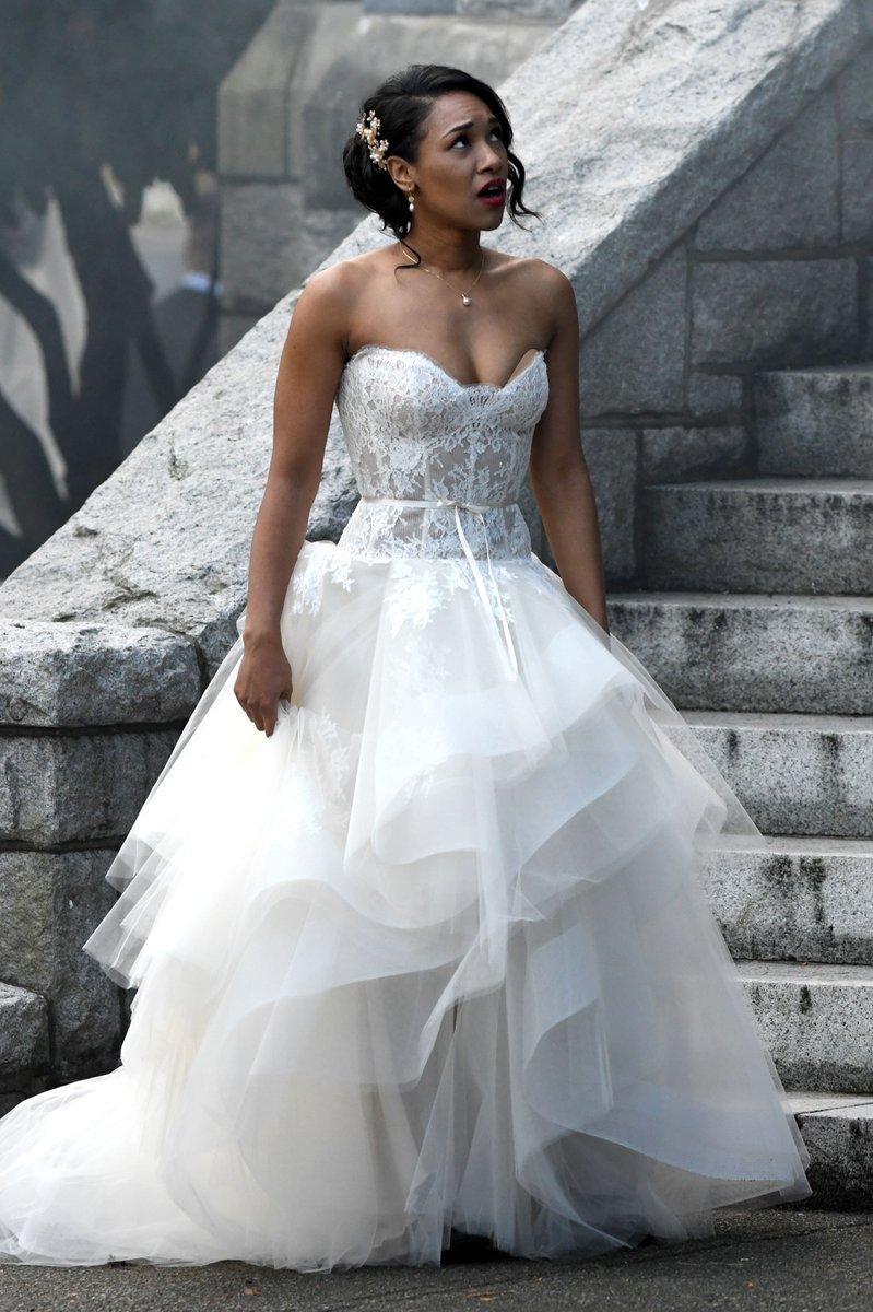 Vídeos e fotos do crossover das séries da DC revelam casamento duplo, vestido de noiva e supervilões